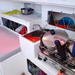 A tribord, le gennaker tamise en rouge le coin cuisine