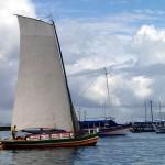 Un saveiro, embarcation traditionnelle servant au transport de marchandises (ou de touristes) ; pas de moteur, tout à la voile !