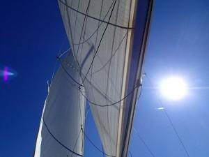 Au travers, tribord amures, les penons de haubans permettent de visualiser le trajet du vent modifié à 90° par les voiles
