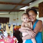 Leticia et sa fille Malika (10 mois) à Anaho, merci pour les fruits !