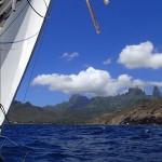 En approche de la baie de Hakahau sur l'île de Ua-Pou