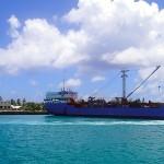 La très attendue cargaison de la goélette Mareva Nui arrive à Ahe