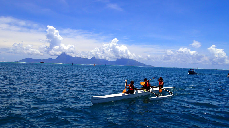 La vie quotidienne de la baie de Vaitupa, Moorea au fond