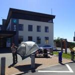 Séchage plénier du matériel devant l'Office de Tourisme d'Hokitika