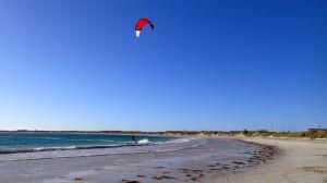 La forte brise de SW estivale lance la saison de kite (Geraldton)