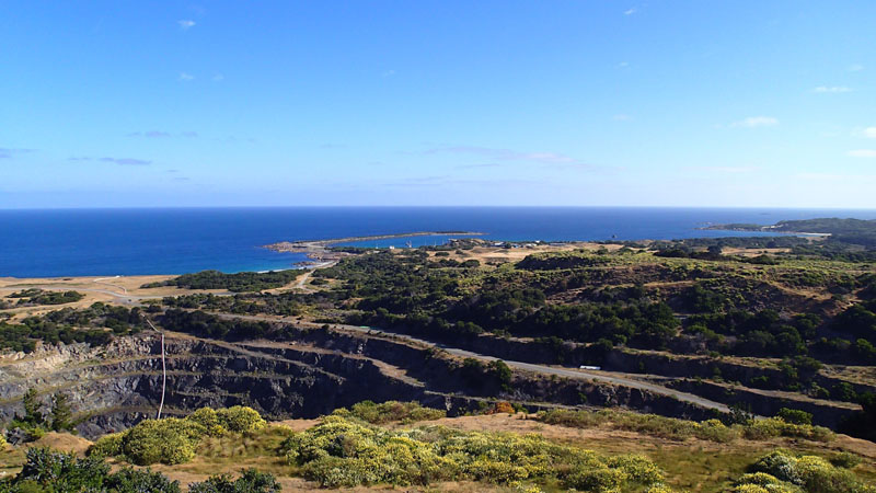 L'ex-mine de Grassy, au fond le port