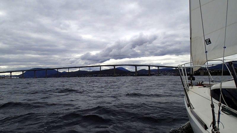 Sur la Derwent River, en vue du Tasman Bridge et d'Hobart