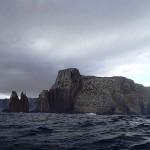 Tasman Island (43° 15' S) avec son phare qui pointe dans les nuages