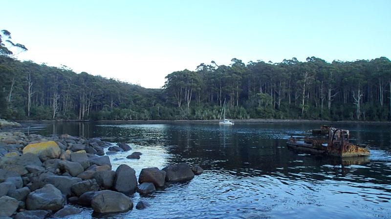 Derrière l'épave, L'Envol au mouillage de Canoe Bay