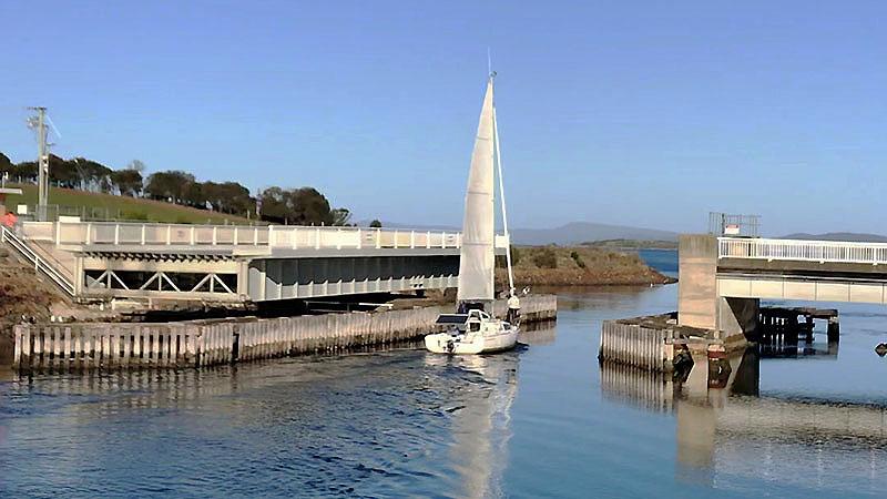 Pour la première fois un pont s'ouvre devant L'Envol (canal Denison)