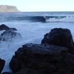 La vague de Shipstern Bluff, au fond les contreforts du cap Raoul