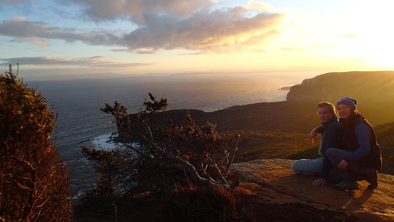 Shipstern Bluff derrière la branche, sur l'horizon Bruny Island