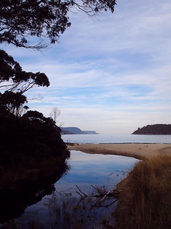 Vue de Safety Cove, les contreforts du cap Pillar et la Tasman Island