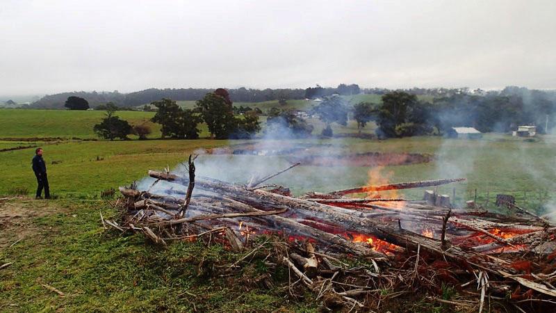 Bonfire sur le terrain de Ben et Victoria à Premaydena