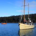 Bob et Sue sur George Bay rentrent à Triabunna, à G le bateau de Tony