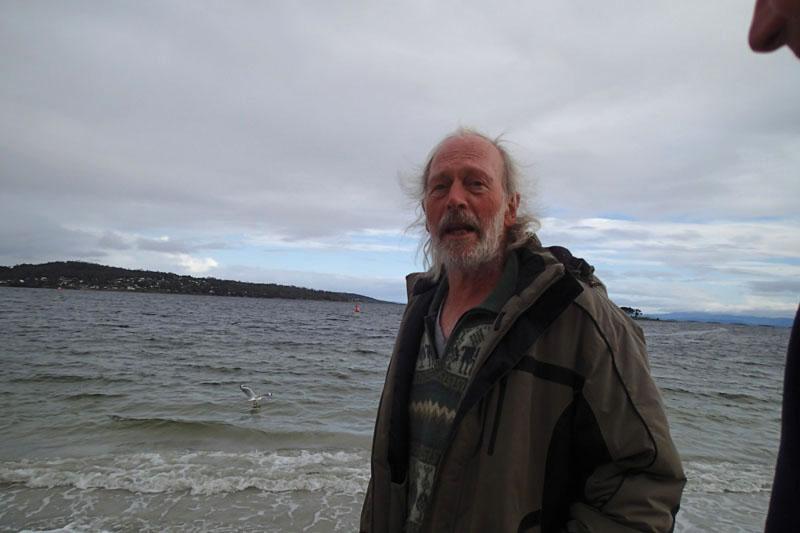 Tony sur la plage de White Beach à Nubeena