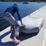Travail d'ajustement sur le taud de dinghy offert par Tony (Taranna)